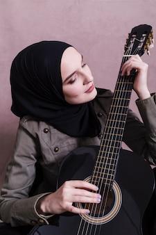 Portrait de femme arabe à la guitare