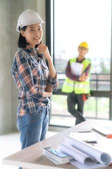 Portrait de femme architecte asiatique avec un costume décontracté sur chantier de rénovation