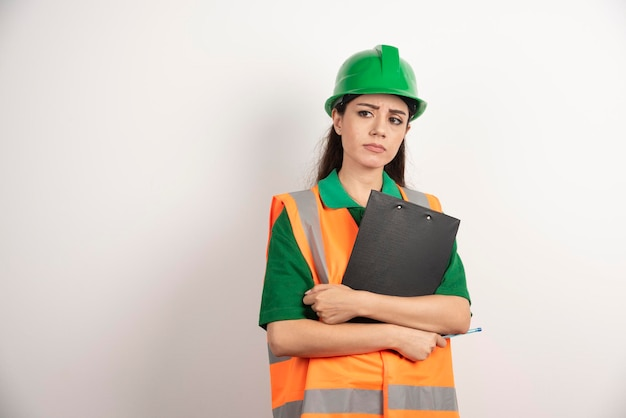 Portrait de femme architecte avec presse-papiers. photo de haute qualité