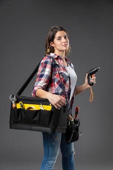 Portrait de femme artisanale avec des outils