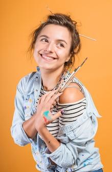 Portrait de femme artiste avec des pinceaux