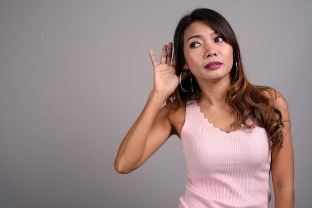 Portrait de femme asiatique aux cheveux ondulés