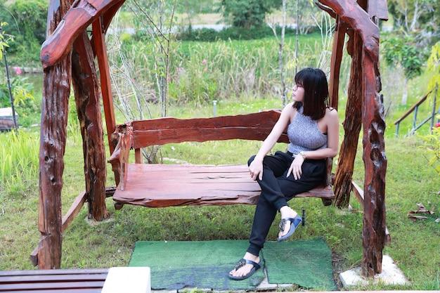 Portrait de femme asiatique belle et mignonne assis et se détendre dans la nature