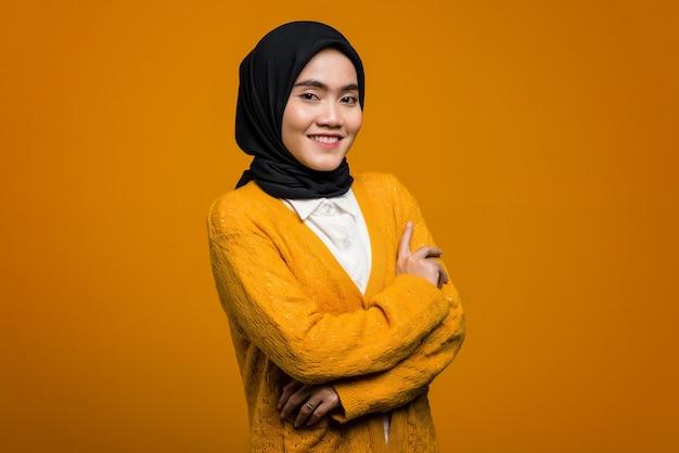 Portrait de femme asiatique belle souriante avec la main pliée