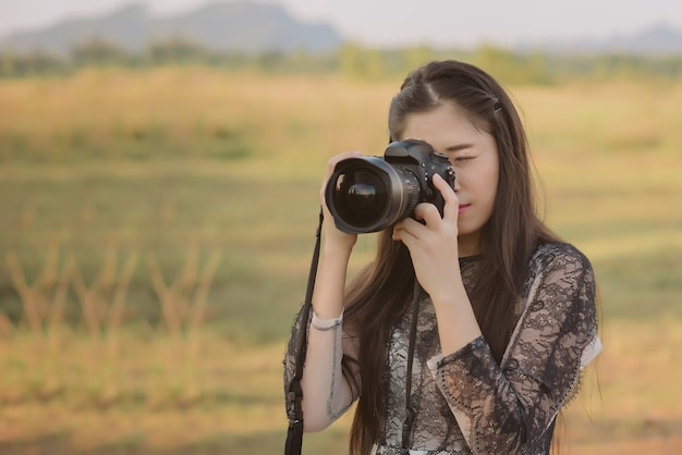 Portrait de femme asiatique est un photographe professionnel avec caméra, portrait en plein air.