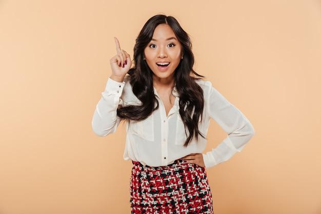 Portrait d'une femme asiatique excitée