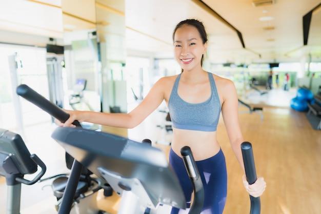 Portrait femme asiatique exerçant et entraînez-vous dans une salle de sport