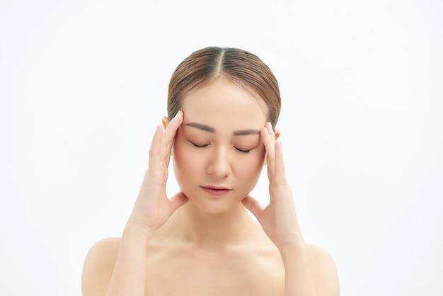 Portrait de femme asiatique fatigué et bouleversé sur fond blanc