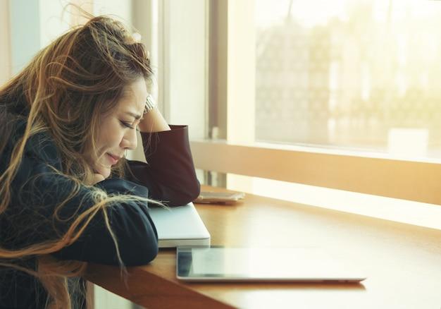 Portrait de femme asiatique jeune entreprise fatiguée