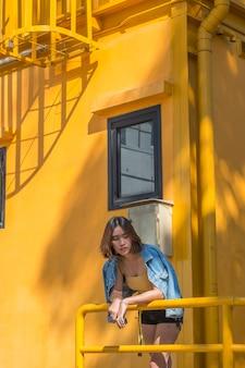 Portrait de femme asiatique jeune hipster élégant