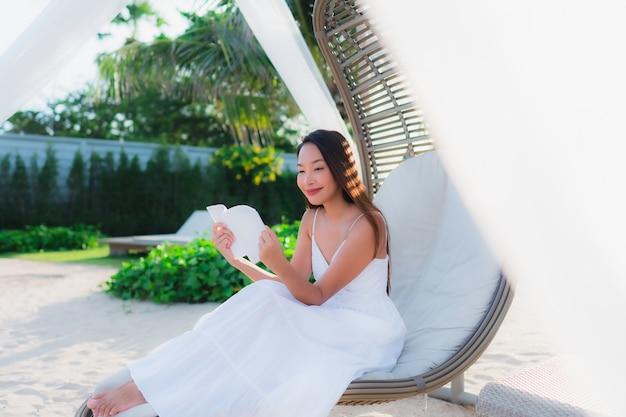 Portrait, femme asiatique, lecture, livre, plage, mer, océan