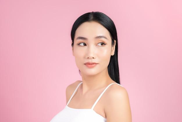 Portrait de femme asiatique peau saine beau visage gros plan sur rose