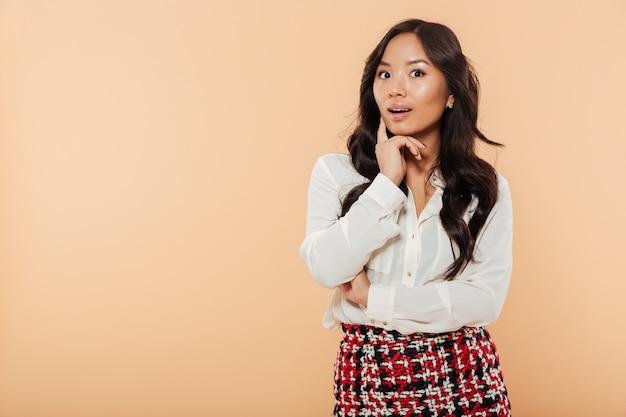 Portrait d'une femme asiatique pensive