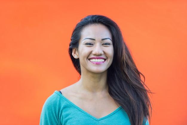 Portrait De Femme Asiatique Souriant Photo Premium