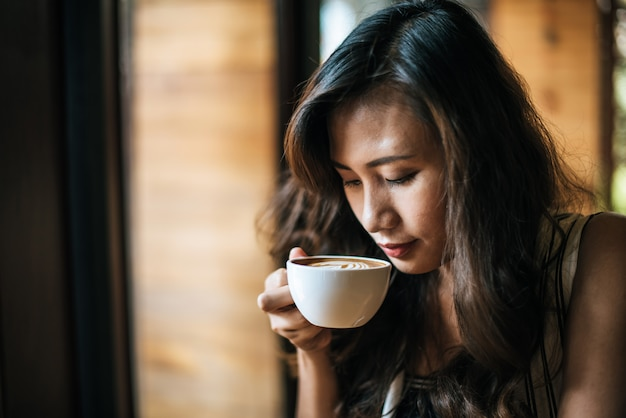 Portrait, femme asiatique, sourire, détendre, dans, café, café café