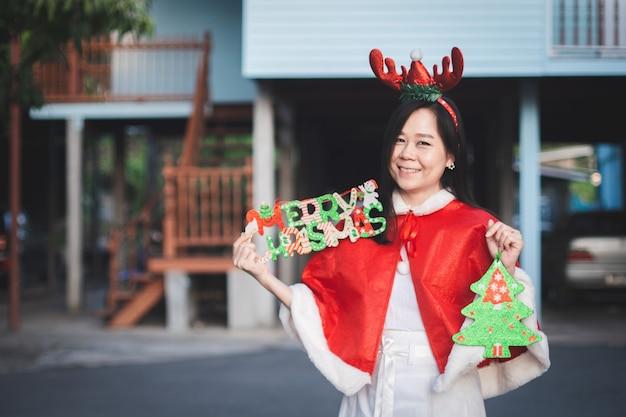 Portrait de femme asiatique avec le sourire à la maison en joyeuses fêtes. heureux au festival de noël et nouvel an.