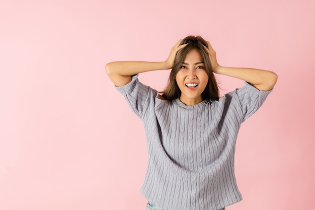 Portrait d'une femme asiatique surprise