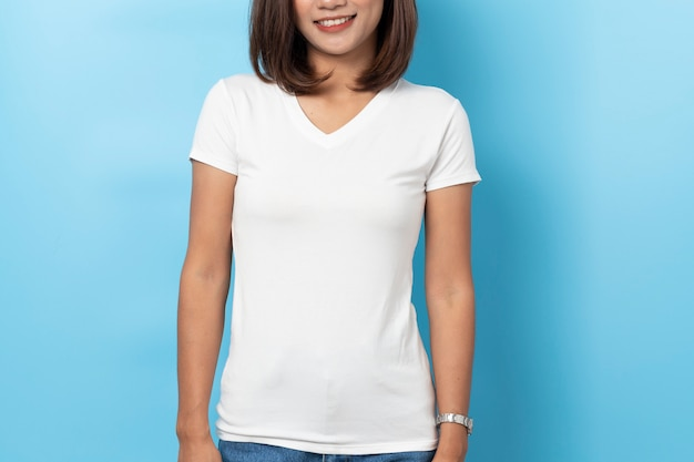 Portrait de femme asiatique en t-shirt blanc vierge maquette sur fond bleu