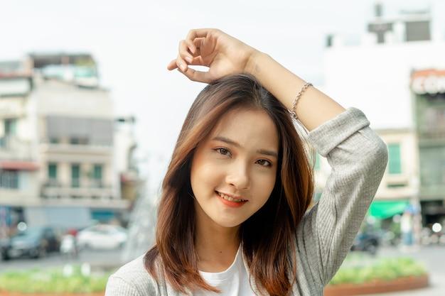 Portrait de femme asiatique voyageant à la ville de hanoï, vietnam