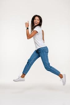 Portrait d'une femme assez heureuse sautant