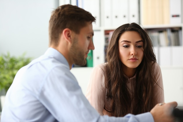 Portrait de femme attentionnée à l'écoute des offres commerciales du partenaire