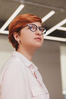 Portrait femme au bureau