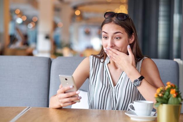 Portrait femme au café restaurant
