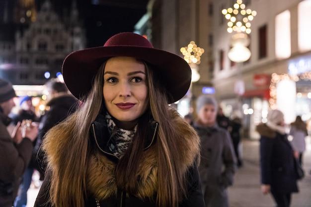 Portrait de femme au chapeau à munich pendant la période de noël