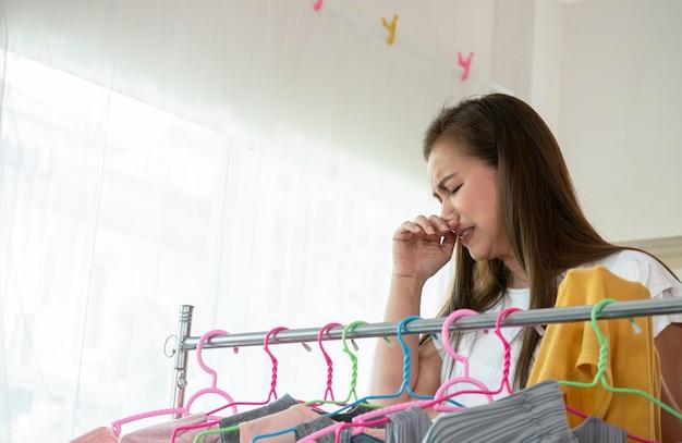 Portrait femme au foyer asiatique femme est puante puante des vêtements