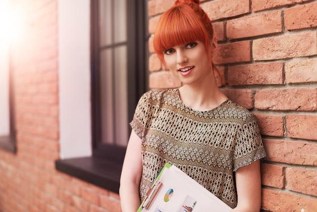 Portrait de femme au gingembre au bureau
