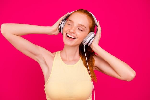 Portrait femme au gingembre écoute de la musique