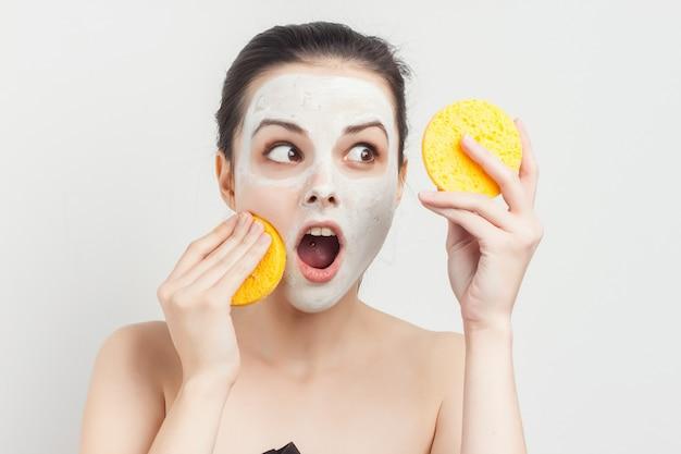 Portrait de femme au masque facial