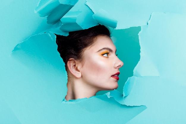 Portrait de femme au mur bleu