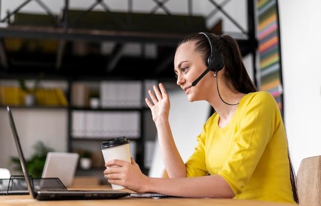 Portrait de femme au travail ayant un appel vidéo