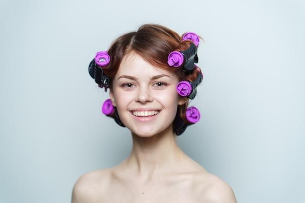 Portrait de femme aux bigoudis dans les cheveux