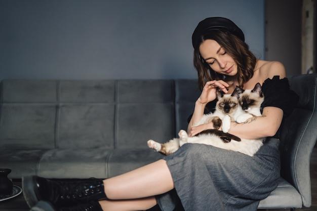 Portrait femme aux chats siamois