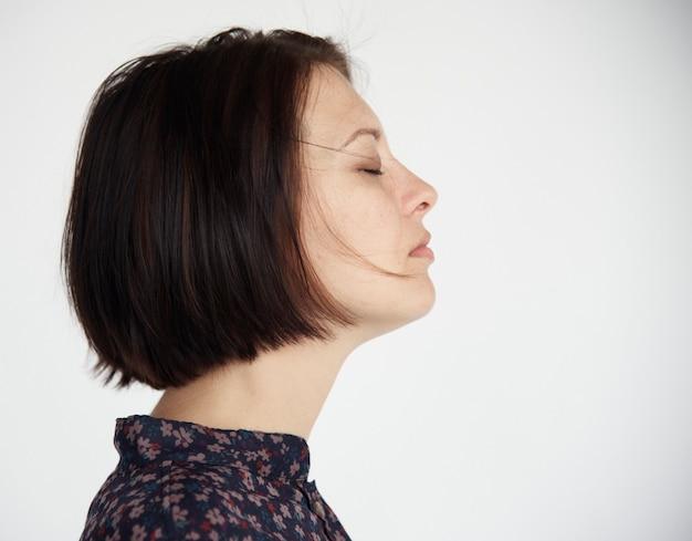 Portrait de femme aux cheveux bruns courts