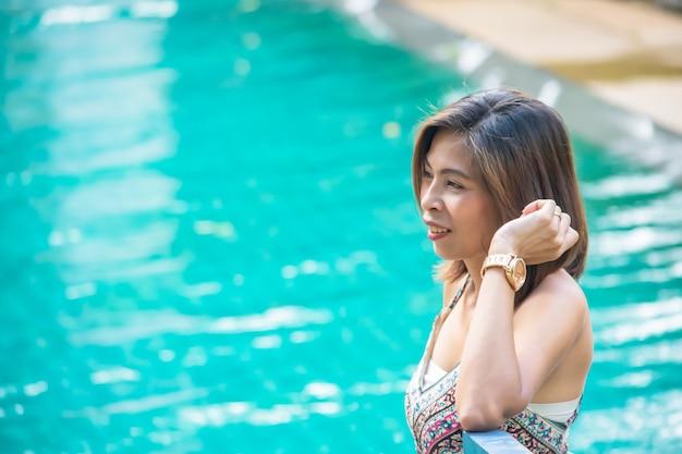 Portrait de femme aux cheveux courts fond brun eau floue