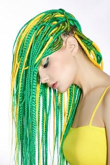 Portrait d'une femme aux cheveux vert et jaune