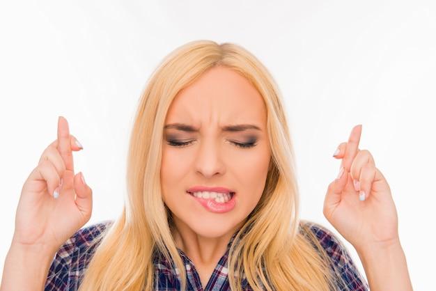 Portrait d'une femme aux doigts croisés