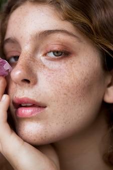 Portrait de femme aux taches de rousseur close-up