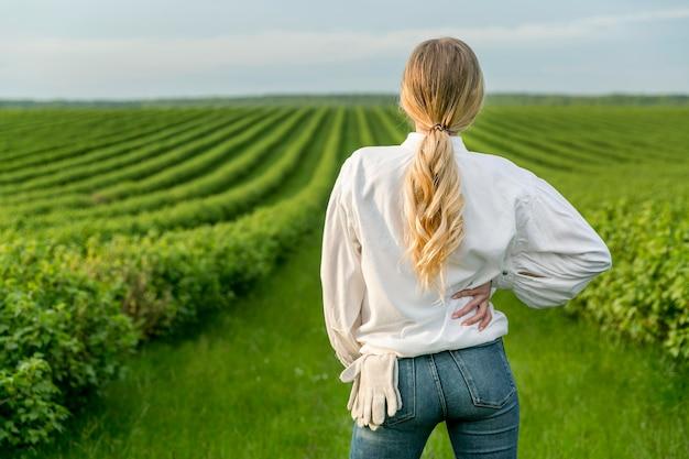 Portrait femme aux terres agricoles
