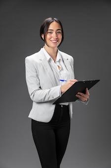 Portrait femme avocate en costume formel avec presse-papiers