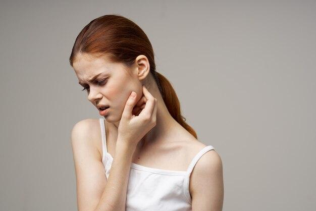 Portrait de femme ayant mal aux dents