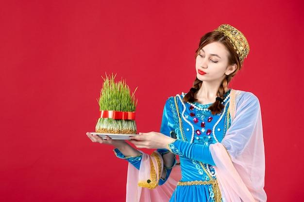 Portrait de femme azérie en costume traditionnel avec semeni sur rouge