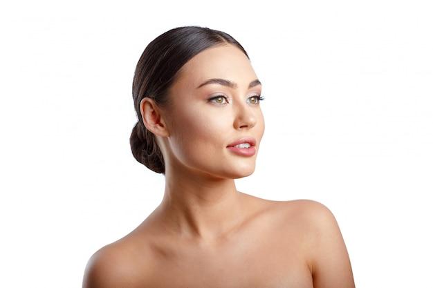 Portrait de femme beauté. magnifique modèle de spa girl avec une peau parfaitement fraîche et nette.