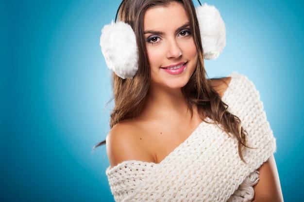 Portrait de femme de beauté portant des cache-oreilles blancs