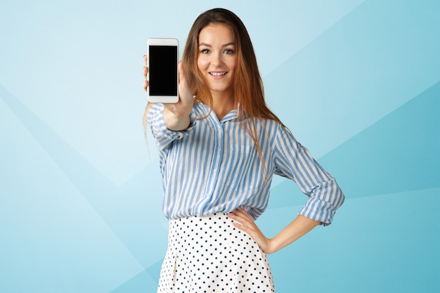Portrait de femme belle jeune entreprise à l'aide de téléphone portable