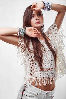 Portrait de femme belle jeune hippie en studio