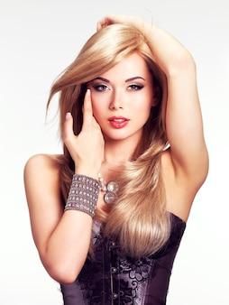Portrait d'une femme belle mode avec un maquillage lumineux.